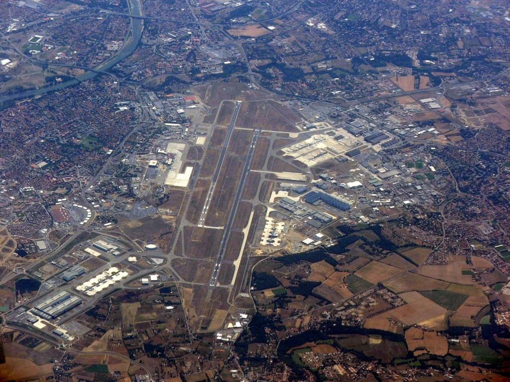 vue aérienne de l'aéroport de Blagnac à l'ouest de Toulouse