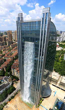 Le Liebian International Building avec sa cascade