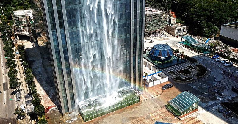 Un arc-en-ciel devant un immeuble