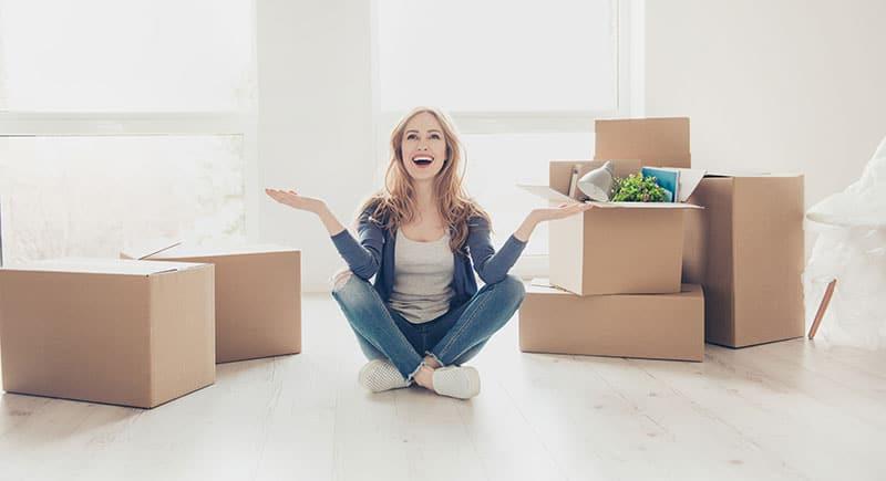 Primo-accédante heureuse de son achat immobilier